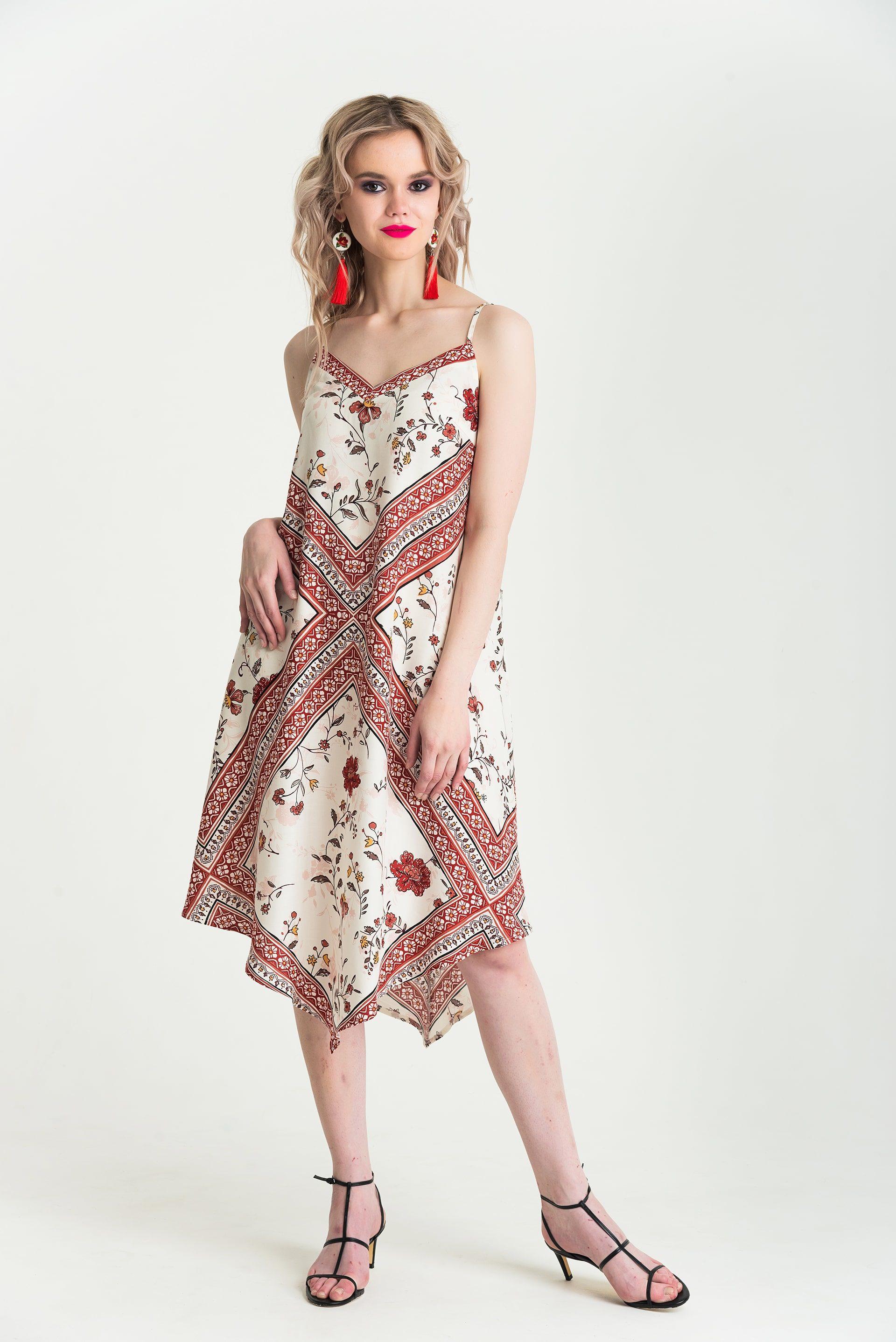 Платье на лямках А-образного силуэта