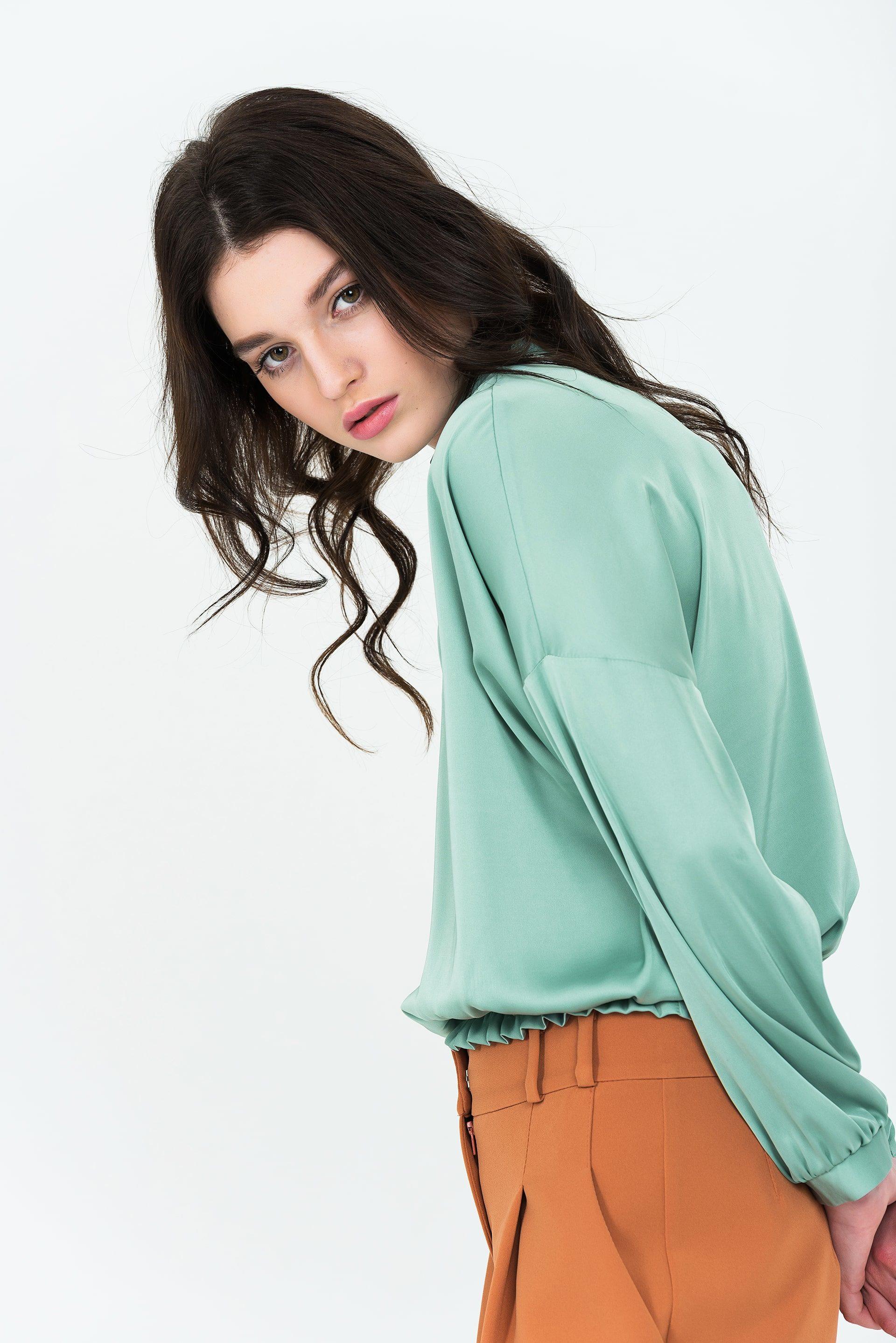 Свободная блузка с резинкой по низу