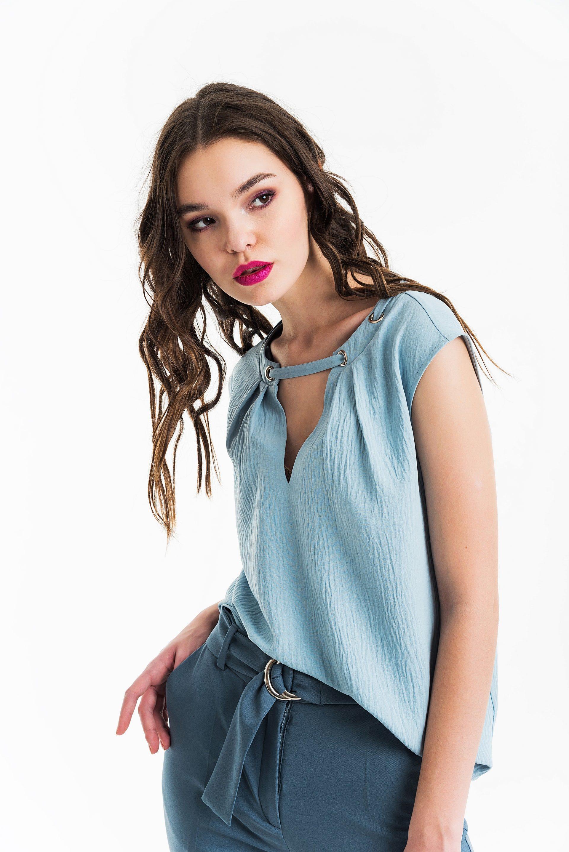 Блузка прямого силуэта с V-образным вырезом