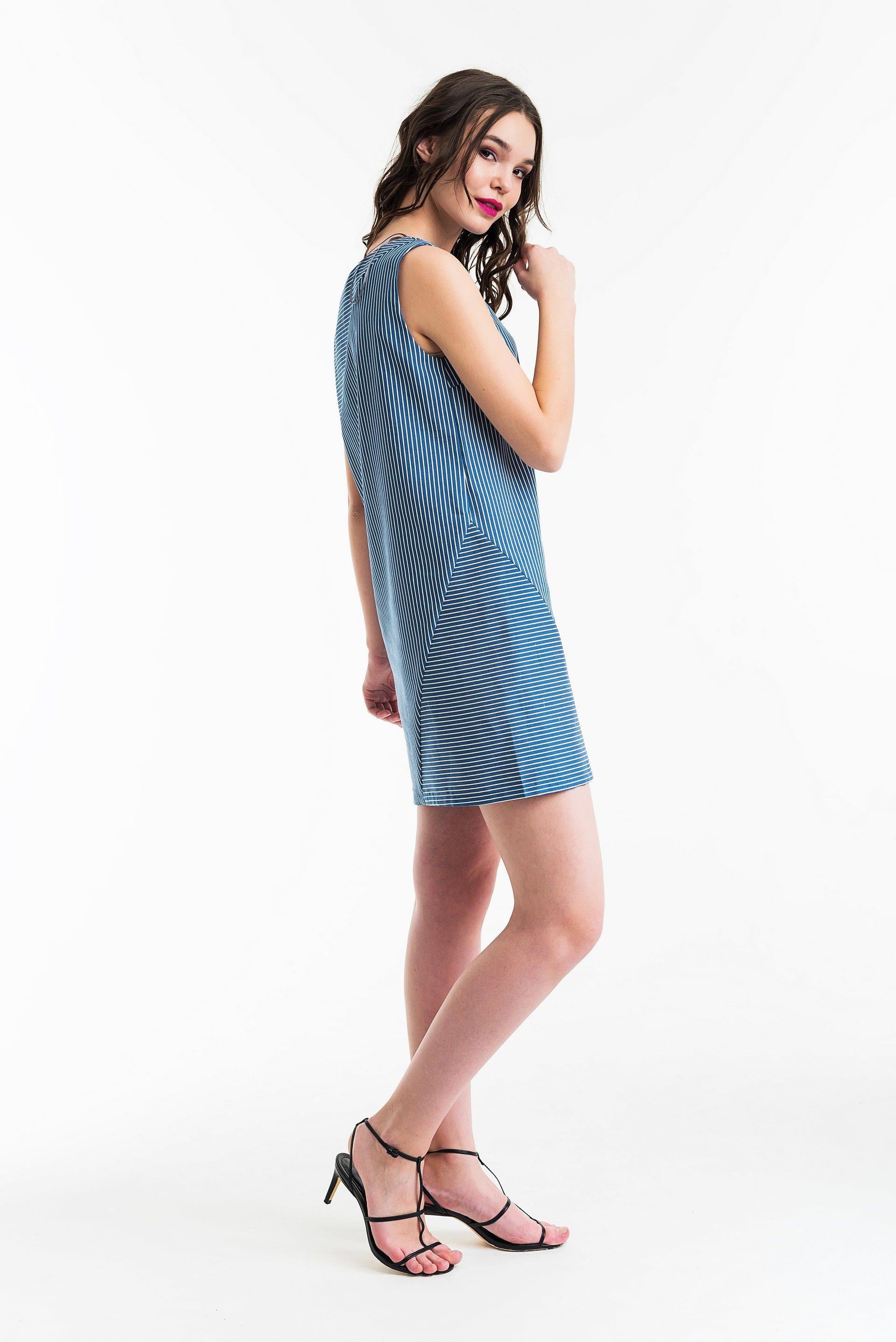 Платье из джинсы прямого силуэта