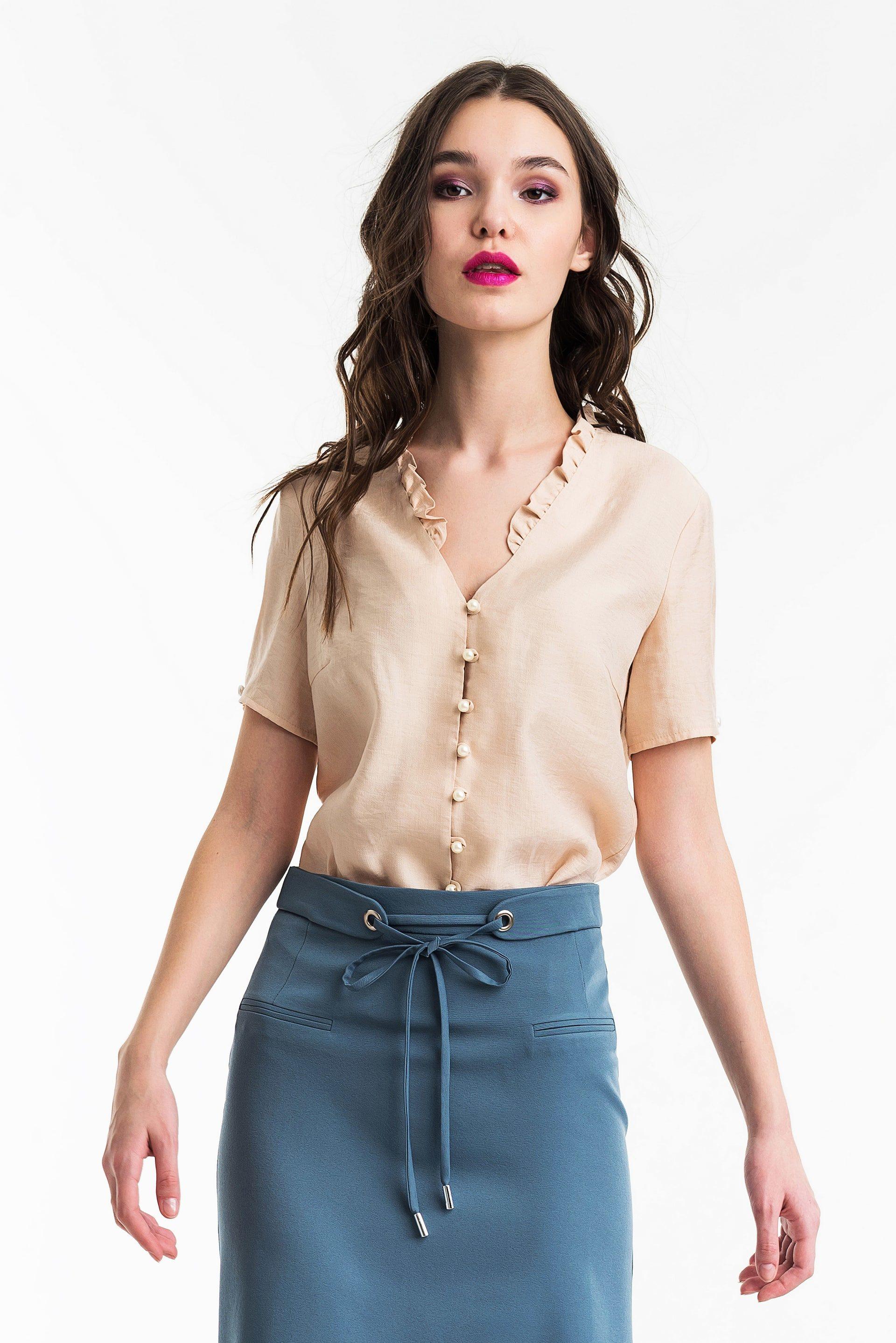 Блузка прямого силуэта с рюшами