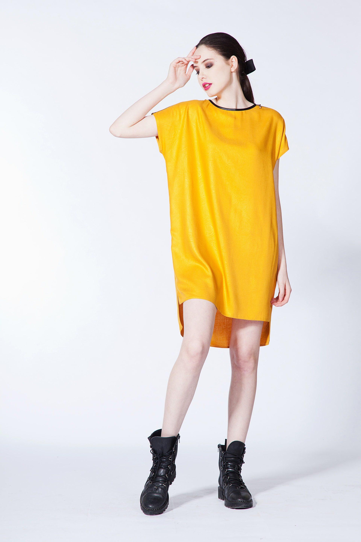 Прямое платье со спущенным плечом