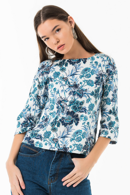 Блузка свободного кроя со спущенным плечом